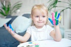 Portrait de petite fille jouant avec des peintures photo stock