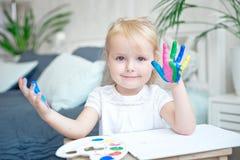 Portrait de petite fille jouant avec des peintures images stock