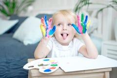 Portrait de petite fille jouant avec des peintures photos stock