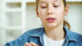 Portrait de petite fille jouant des jeux sur Internet sur le comprimé banque de vidéos