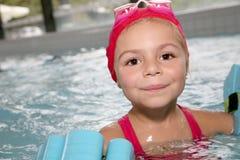 Portrait de petite fille joyeuse dans la piscine Photo libre de droits