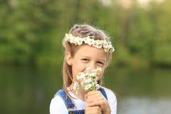 Portrait de petite fille mignonne dans une guirlande et un bouquet de f sauvage Photographie stock libre de droits