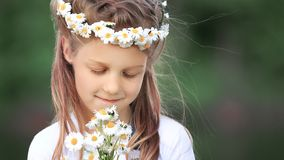 Portrait de petite fille mignonne dans une guirlande et un bouquet de wildfl Photos libres de droits