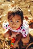Portrait de petite fille pendant l'après-midi se reposant au sol Images libres de droits