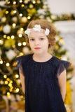 Portrait de petite fille près de l'arbre de Noël photos stock
