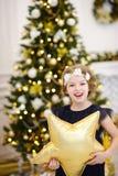 Portrait de petite fille près de l'arbre de Noël Photographie stock
