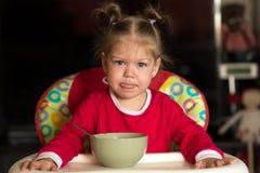 Portrait de petite fille regardant la cam?ra et l?chant ses l?vres photos libres de droits