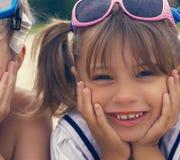 Portrait de petite fille se trouvant sur la plage pendant l'été et le sourire Photos libres de droits