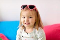 Portrait de petite fille de sourire avec des lunettes de soleil Photographie stock libre de droits