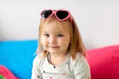 Portrait de petite fille de sourire avec des lunettes de soleil Photo libre de droits