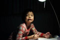 Portrait de petites filles asiatiques faisant son travail sous le ligh image stock