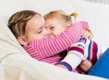 Portrait de petites soeurs heureuses Photographie stock libre de droits