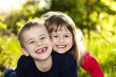 Portrait de petits enfants de sourire heureux garçon et fille sur ensoleillé Images stock