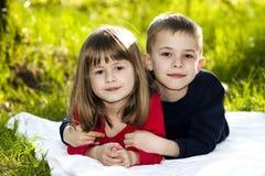 Portrait de petits enfants de sourire heureux garçon et fille sur ensoleillé Photos stock