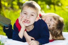 Portrait de petits enfants de sourire heureux garçon et fille sur ensoleillé Images libres de droits