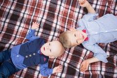 Portrait de petits frères caucasiens drôles mignons photographie stock