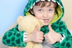 Portrait de peu de garçon 6yrs faisant des gestes des pouces  Image libre de droits