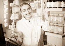 Portrait de pharmacien féminin image libre de droits