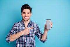 Portrait de photo de gai optimiste positif sûr avec rayonner l'indépendant toothy de commerçant de vendeur d'agent de sourire images libres de droits