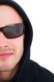 Portrait de pirate informatique dans le capot avec des lunettes de soleil Photos stock