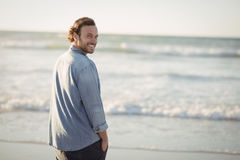 Portrait de plage de sourire de jeune homme image stock