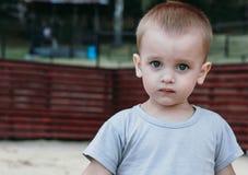 Portrait de plan rapproché de bébé garçon mignon extérieur image stock