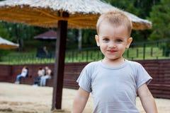 Portrait de plan rapproché de bébé garçon mignon extérieur photos libres de droits