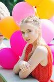 Portrait de plan rapproché d'adolescent tendre avec des ballons Images libres de droits