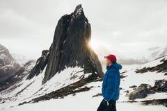 Portrait de plan rapproché d'aventurier d'hiver au-dessus de backgrou de ciel et de neige image libre de droits