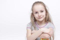 Portrait de plan rapproché d'enfant blond féminin caucasien de sourire gai Image stock