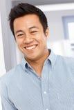 Portrait de plan rapproché d'homme asiatique heureux photographie stock