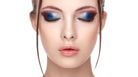 Portrait de plan rapproché d'un beau jeune modèle avec le beau maquillage fascinant, de l'effet humide sur son visage et de corps image stock