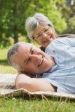 Portrait de plan rapproché d'un couple supérieur se trouvant au parc Photographie stock libre de droits