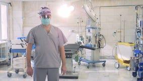 Portrait de plan rapproché d'un docteur expérimenté regardant dans l'appareil-photo clips vidéos
