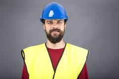 Portrait de plan rapproché d'un ingénieur sûr avec le casque antichoc bleu Images stock