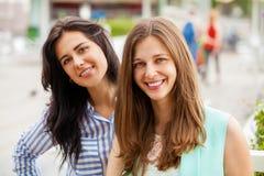 Portrait de plan rapproché d'un sourire heureux de jeunes femmes images stock