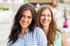 Portrait de plan rapproché d'un sourire heureux de jeunes femmes images libres de droits