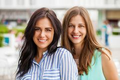 Portrait de plan rapproché d'un sourire heureux de jeunes femmes photo libre de droits