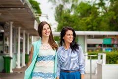 Portrait de plan rapproché d'un sourire heureux de jeunes femmes photos stock