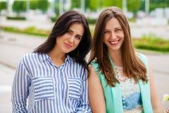 Portrait de plan rapproché d'un sourire heureux de jeunes femmes image libre de droits