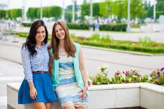 Portrait de plan rapproché d'un sourire heureux de jeunes femmes photographie stock libre de droits