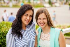 Portrait de plan rapproché d'un sourire heureux de jeunes femmes image stock