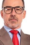 Portrait de plan rapproché d'un vieil des verres de port homme d'affaires Image stock