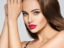 Portrait de plan rapproché d'une belle femme avec les lèvres rouges Photo libre de droits