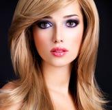 Portrait de plan rapproché d'une belle jeune femme avec de longs cheveux blancs Photos libres de droits