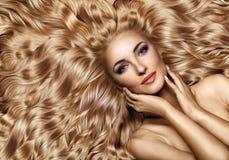 Portrait de plan rapproché d'une dame avec la coiffure luxuriante et onduleuse images stock