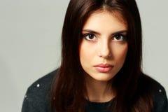 Portrait de plan rapproché d'une femme étonnée par jeunes Images stock