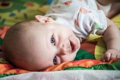 Portrait de plan rapproché de bébé garçon Images libres de droits