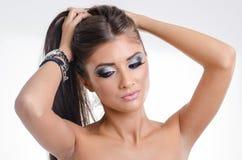 Portrait de plan rapproché de beaux yeux bleus blonds de pin-up de jeune femme Image stock
