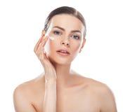 Portrait de plan rapproché de belle jeune femme avec de la crème cosmétique dessus Photos libres de droits